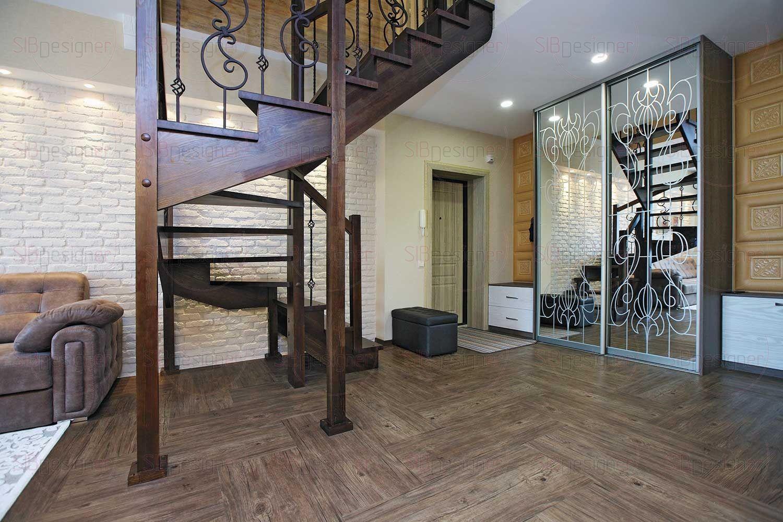 Прихожая оборудована большими шкафами-купе, играющими роль гардеробной и пуфиком для удобства хозяина и его гостей.