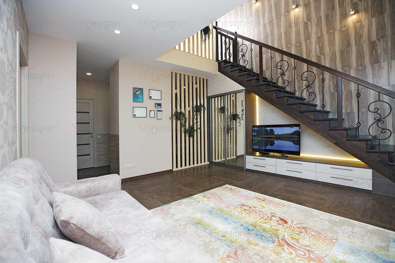 Стена со стороны лестницы на третий этаж облицована керамогранитом природных цветов – материалом надежным, долговечным и простым в уходе.
