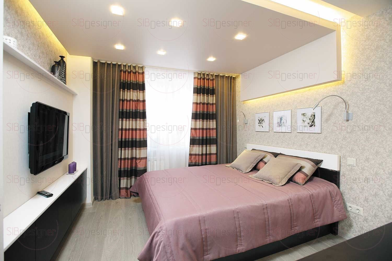 Спальня решена в кораллово-бежевых тонах. Светлые обои с цветочным принтом хорошо гармонируют с белыми стенами и фасадами комода, а также удачно контрастируют с темными элементами мебели.