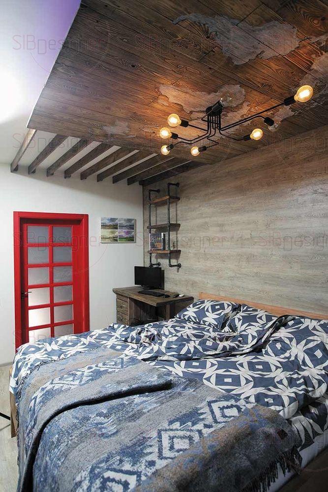 Спальня достаточно узкая. Учитывая высокий рост хозяина, разместить кровать здесь было игрой на грани фола – учитывался каждый сантиметр.