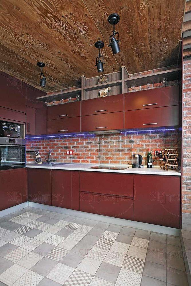Кухня простых лаконичных форм попадает в основную колористику цвета кирпичной стены.