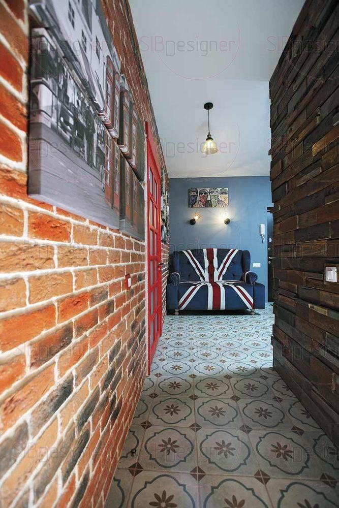 В прихожей стилистика еще больше набирает британский колорит. Постеры с фотографиями Лондона, диван для которого обивка заказывалась индивидуально с рисунком английского флага,.