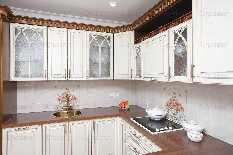 Сама кухня выполнена в спокойном сливочном оттенке и классическом дизайне. Даже бытовая техника подбиралась под стиль.