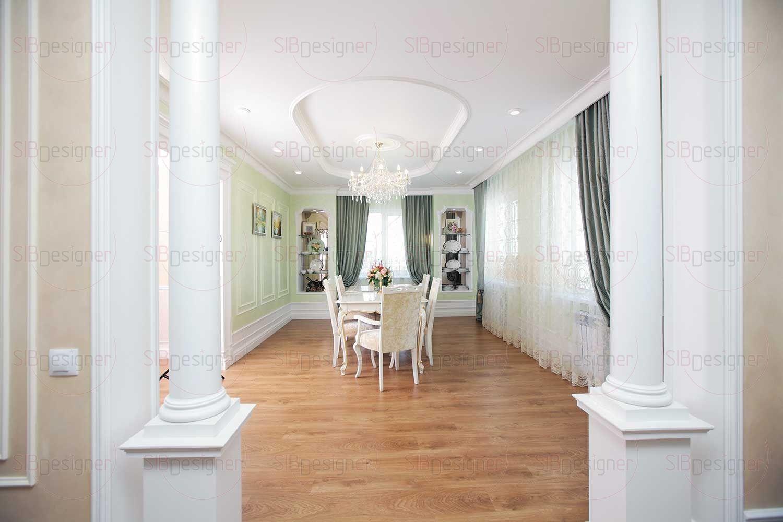 Богатое декорирование лепными изделиями – то, что отличает гостиную. Широкие карнизы, молдинги, колонны – все соединено в выразительный образ.