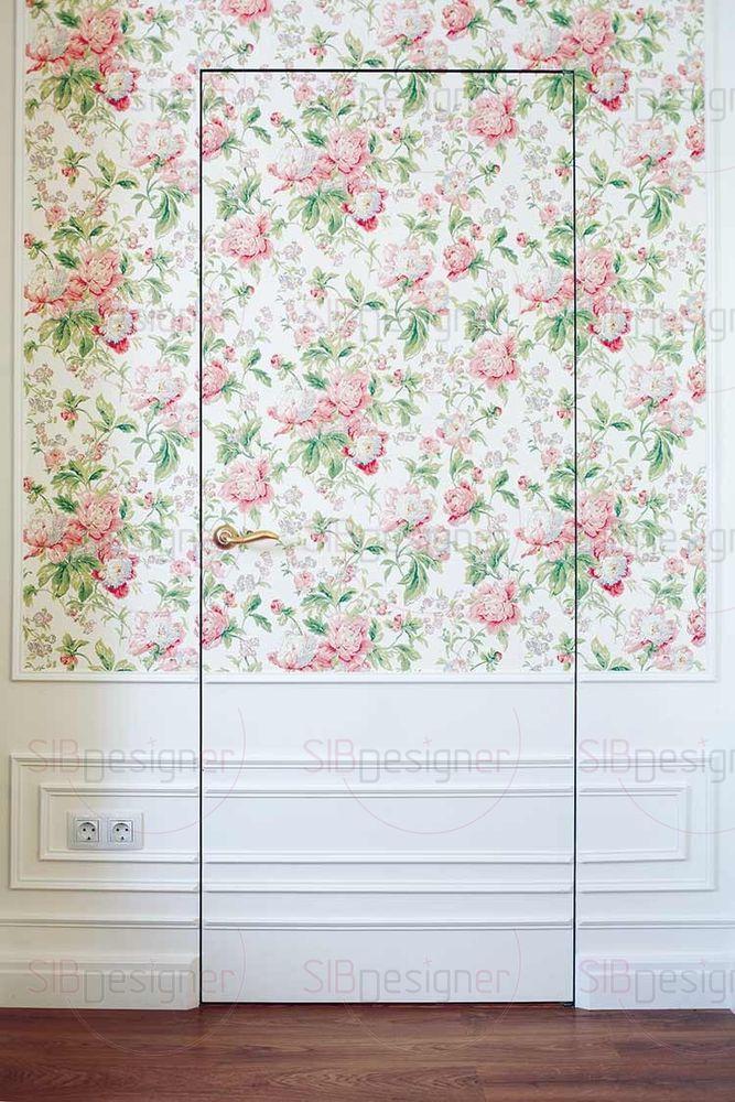 Справа от камина – невидимая дверь, полотно которой декорировано под стену – обоями и панелями.