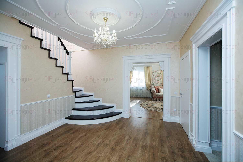 Потолок холла декорирован молдингами и розеткой, которая делает акцент на торжественной потолочной люстре.