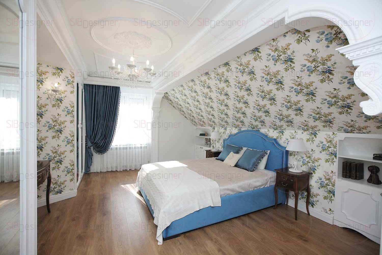 В спальне дизайнер строго придерживалась принципа симметрии. Ось интерьера пролегает через центр изголовья кровати, поддерживается потолочной люстрой и закачивается в середине ТВ-зоны.