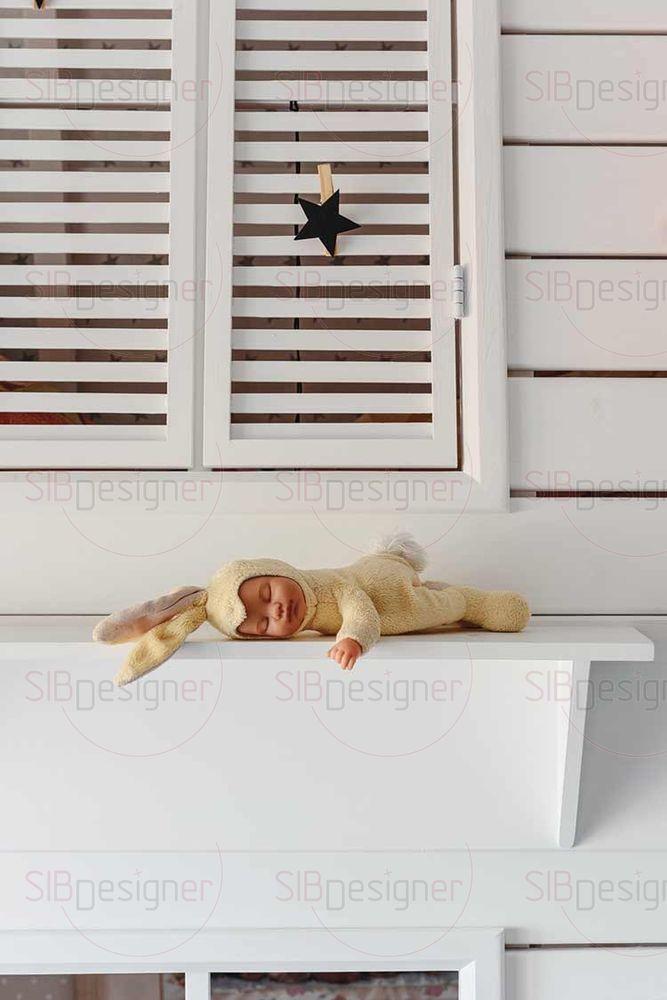 Небольшую детскую комнату делят две сестры. Чтобы сэкономить пространство, в стены спальни было встроено несколько шкафов.