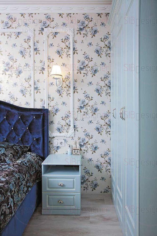 Богатый глубокий оттенок синего особенно эффектно раскрывает себя в бархатистом изголовье кровати и портьерах.