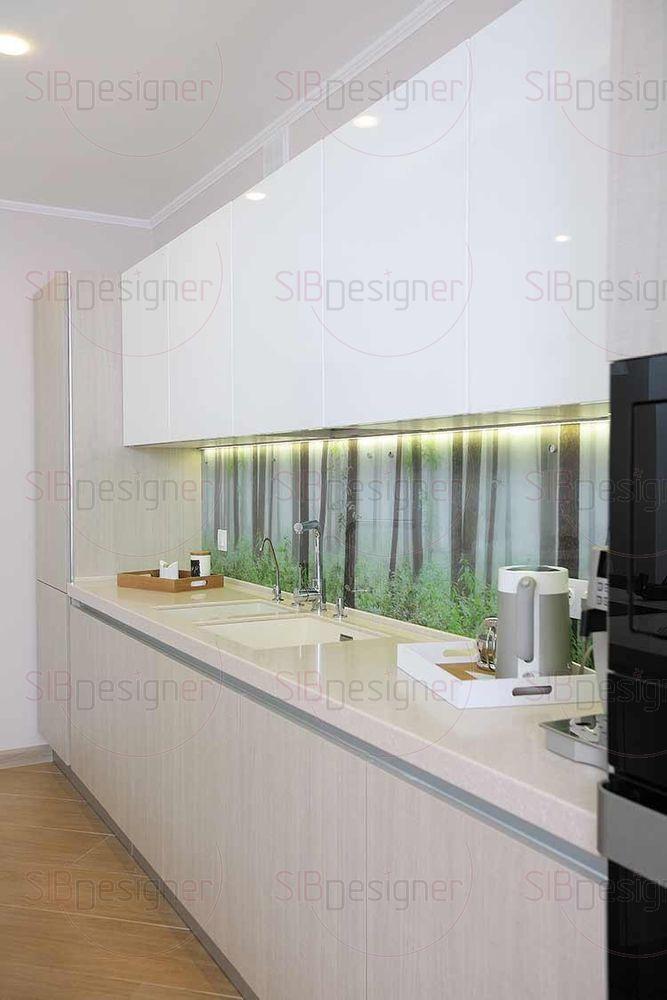 Интерьер кухни выполнен в теплой гамме с элементами эко стиля.