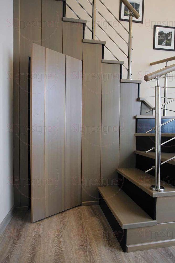 В лестнице спрятана дверь, которая открывается при нажатии.