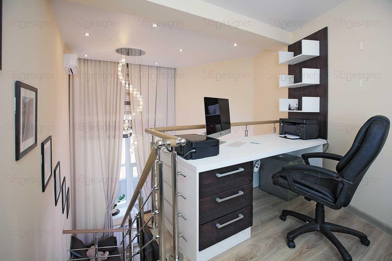Небольшая двухэтажная комната переделана в рабочий кабинет и зону отдыха.