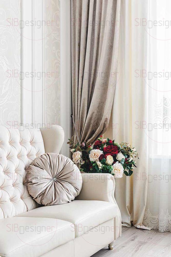 Диван в гостиной по форме выполнен в классическом стиле. Однако при его оббивке использовалось комбинирование тканей: кожи и бархата.