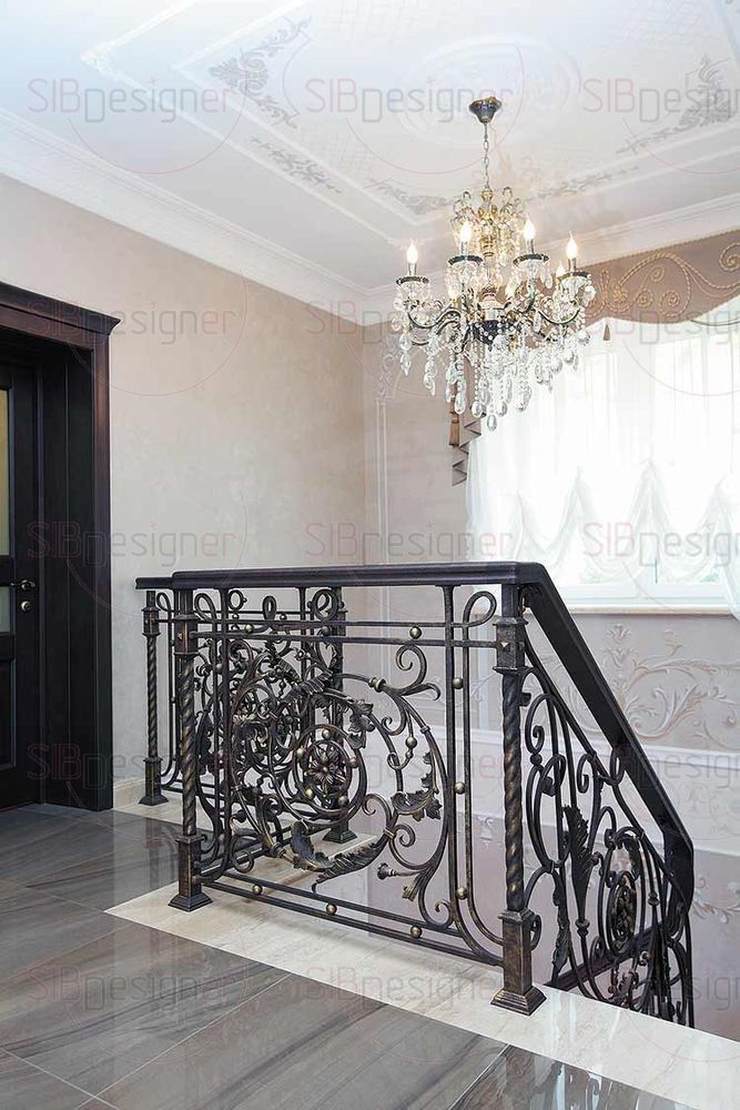 Лестница уводит на второй этаж, демонстрируя по пути изящество росписи, благородность своих материалов, великолепие ручной тонировки кованого «кружева» и великолепную хрустальную люстру.