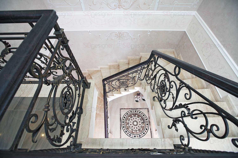 Стены холла декорированы штукатуркой приятного нейтрального оттенка, лепнина на пололке выполнена в «теплой» тонировке, что добавляет объемности декоративной композиции.