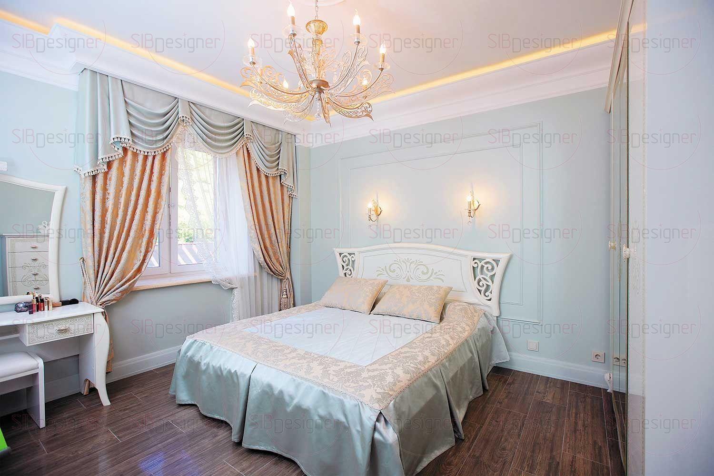 Спальня супругов – светлая и легкая по своей атмосфере, ее интерьер основан на приятном сочетании бежевого и пастельного зеленого оттенков.