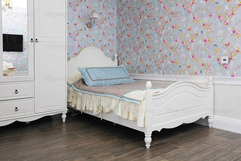 Интерьер комнаты младшей дочери выполнен с нотками стиля прованс, которые звучат в цветочном орнаменте обоев, обивке кресла и в светлой отделке корпусной мебели.