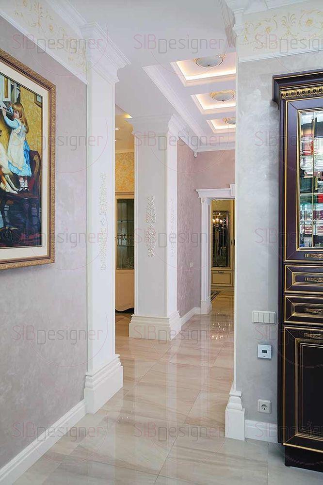 На стенах картины, написанные маслом, это репродукции известных полотен.