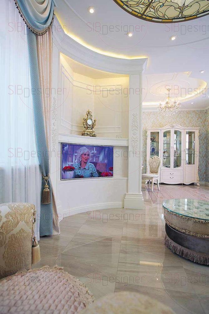 В интерьере гостиной, чтобы сгладить влияние угла, использованы мотивы круга.