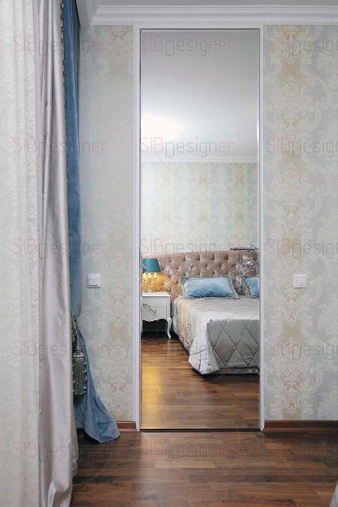 В спальне супругов большую роль сыграла бархатная фактура. Этот материал придал комнате необходимый классический изыск и мягкое мерцание. Двери-«невидимки» демонстрируют сочетание практичности и эстетики.