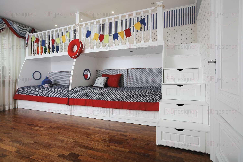 Просторная детская комната, предназначенная для двух мальчиков, наполнена игривой морской тематикой.