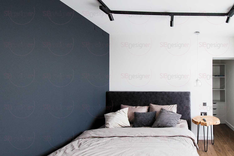 В спальной комнате стильный прикроватный столик со столешницей из дубового спила привносит намек на роскошь.