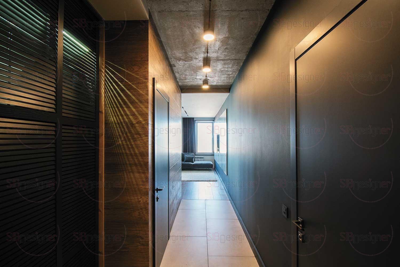 Шкаф в прихожей имеет внутреннюю подсветку. Проникающие в коридор через двери-жалюзи лучики света создают стильный «клубный» эффект.