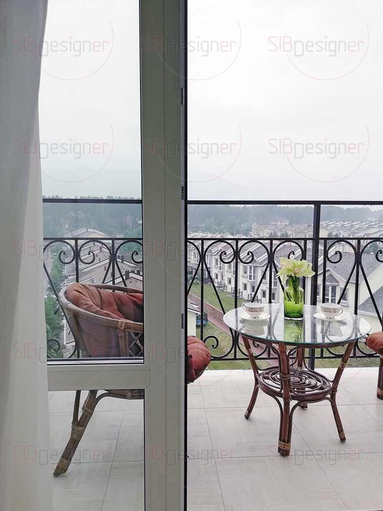 Выход на балкон расположен в спальне, там хозяева могут наслаждаться видом за чашечкой утреннего кофе.