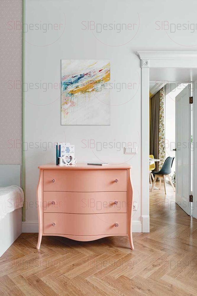 Единственный предмет мебели, выполненный в классическом стиле, находится в детской. Яркий комод кораллового оттенка.