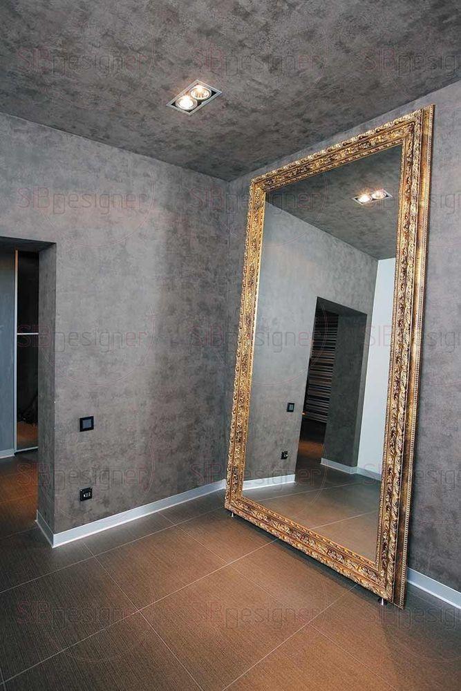 В переходе к спальням стоит зеркало исполинских размеров. Если 15лет оно не было без какого-либо декора и поддерживало линию минимализма, то сегодня здесь появилось шикарное обрамление из фигурного багета.