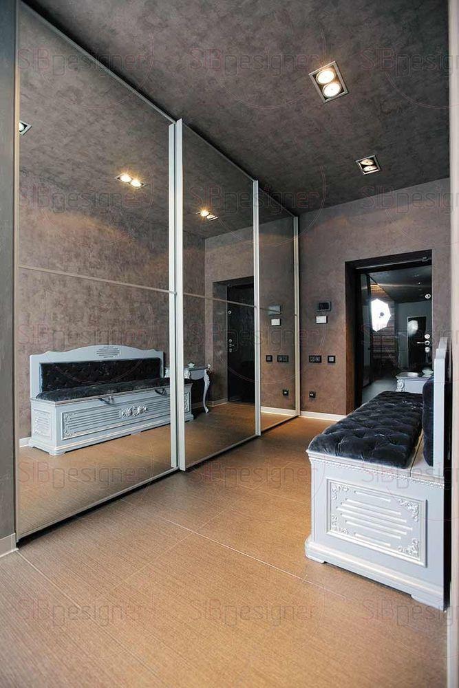 Пространство прихожей увеличивают зеркальные фасады шкафа.
