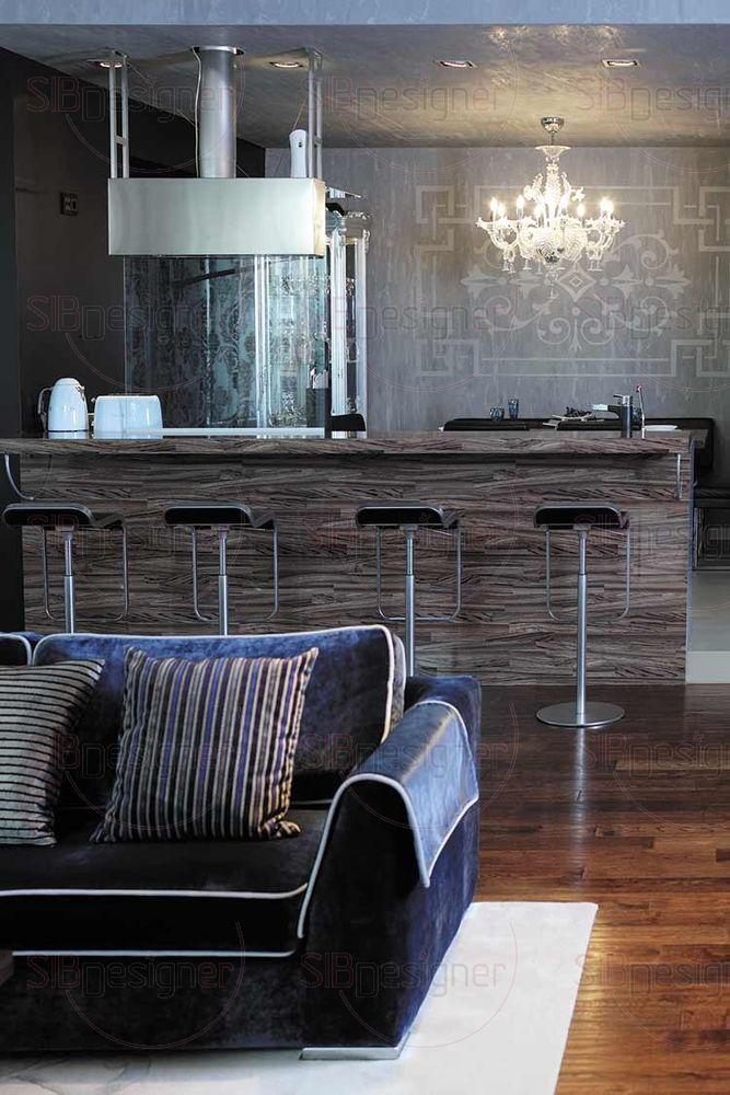 Самым верным способом преображения зоны гостиной стал диван в отделке из велюра актуального глубокого синего цвета. Контрастная окантовка подчеркнула его формы, а декоративные подушки добавили выразительности.