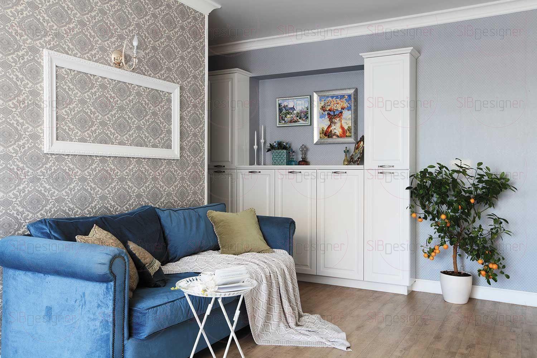 Над диваном в гостиной висит пустая рама, не предполагающая в ней картины. Этот декоративный элемент делает классические черты интерьера более современными.