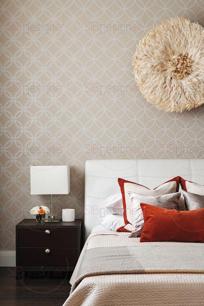 Спальня супругов довольна маленькая по своей площади, поэтому она решена преимущественно в постельных тонах, здесь буквально нет ничего лишнего.