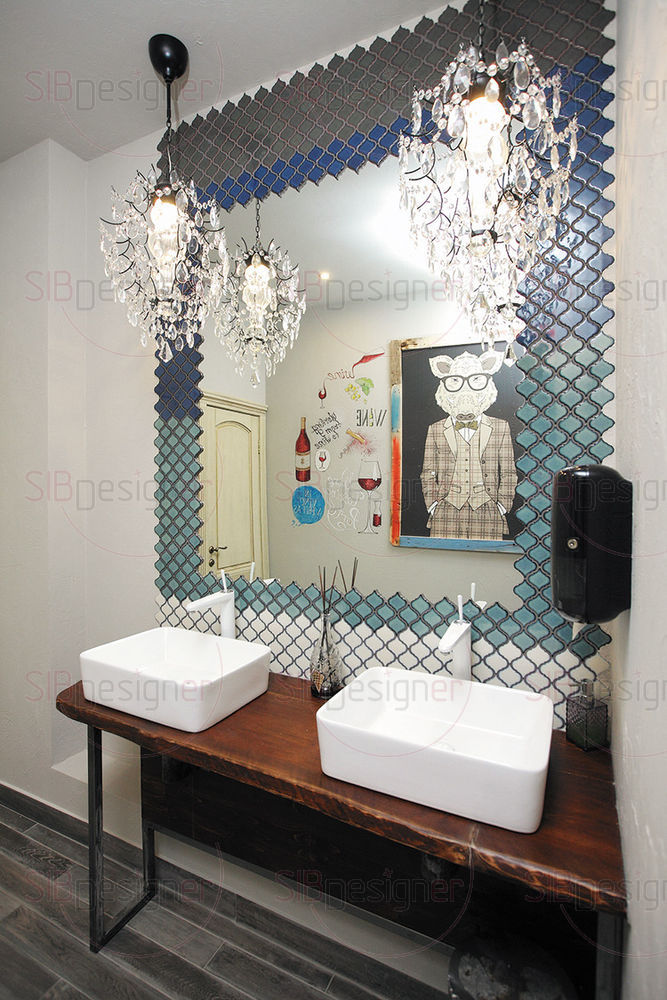 В санузле большое пространство отведено под удобную зону для умывания рук, а огромное зеркало создает настоящую селфи-зону на фоне стены с тематической росписью.
