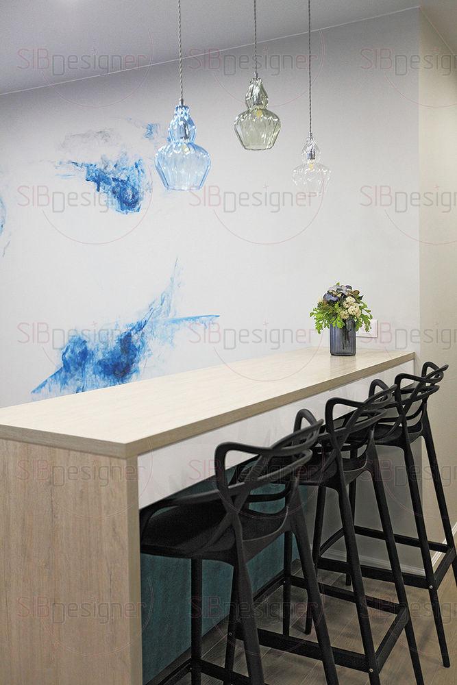 Акварельная роспись создает иллюзию легкости пространства, красочная «дымка» как будто парит в потоках воздуха.