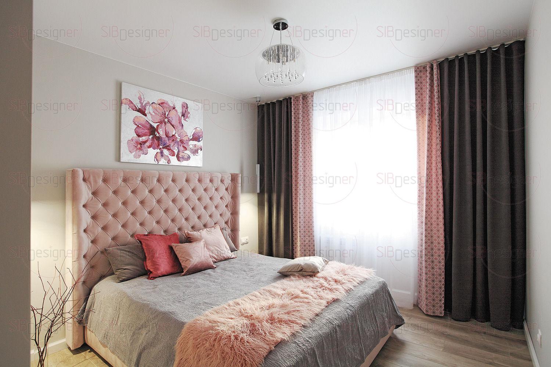 Дизайн спальной комнаты супругов начался с кровати, а точнее, с ее бархатного пудрово-розового изголовья. Чтобы не перенасытить интерьер «женственностью» цвета, для поверхностей был выбран нейтральный светлый оттенок.