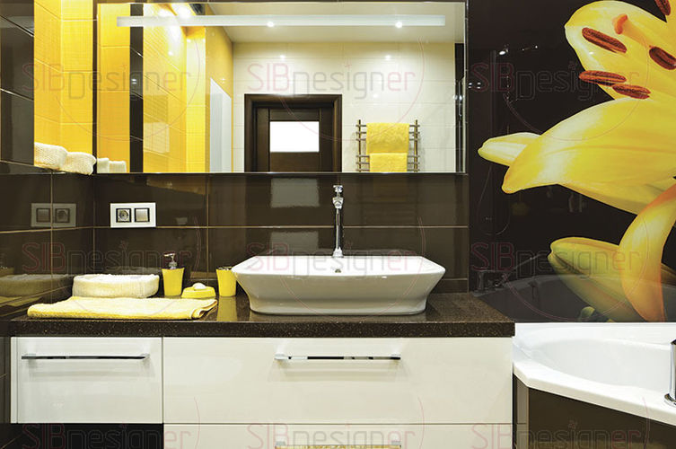 яркое панно с желтой лилией в ванной комнате