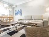 Стиль интерьера этой квартиры близок к скандинавскому. Это проявляется и в присущих ему светлых цветах в отделке поверхностей и мебели, присутствии натуральной древесины, немного «свежей» атмосфере, р