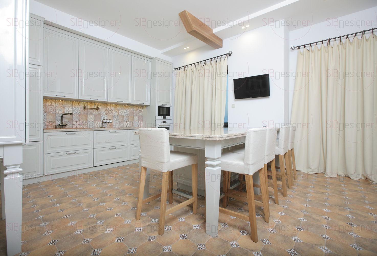 Потолочные балки на кухне и в гостиной не стали скрывать, а оформили согласно дизайну в стиле шале — предельно лаконично, с применением светлого оттенка.