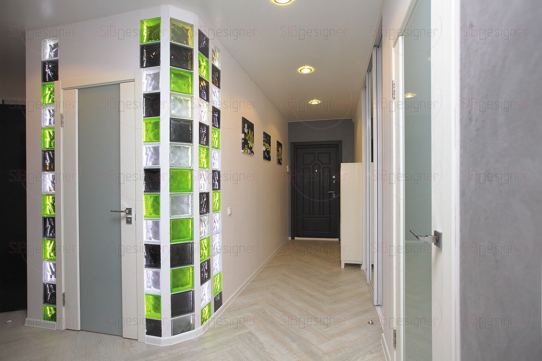 Стена,ведущая из холла в гостиную,является акцентной