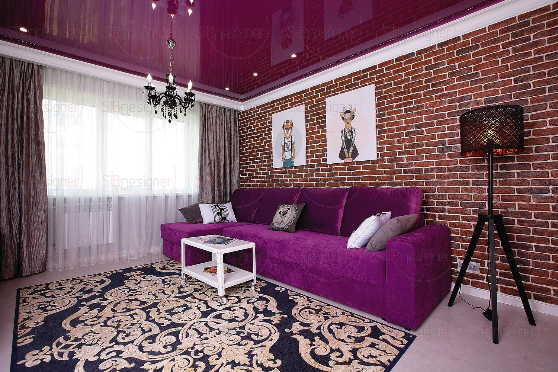 Центр визуального притяжения в квартире – гостиная. А центр гостиной – диван насыщенного сиреневого цвета