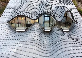 Волнистые формы дома в горе