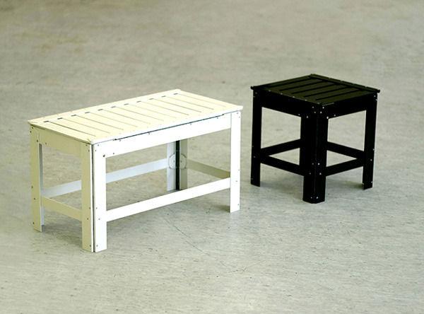 белая скамейка и черный стул