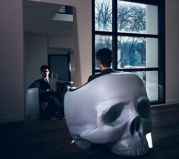 кресло в виде черепа